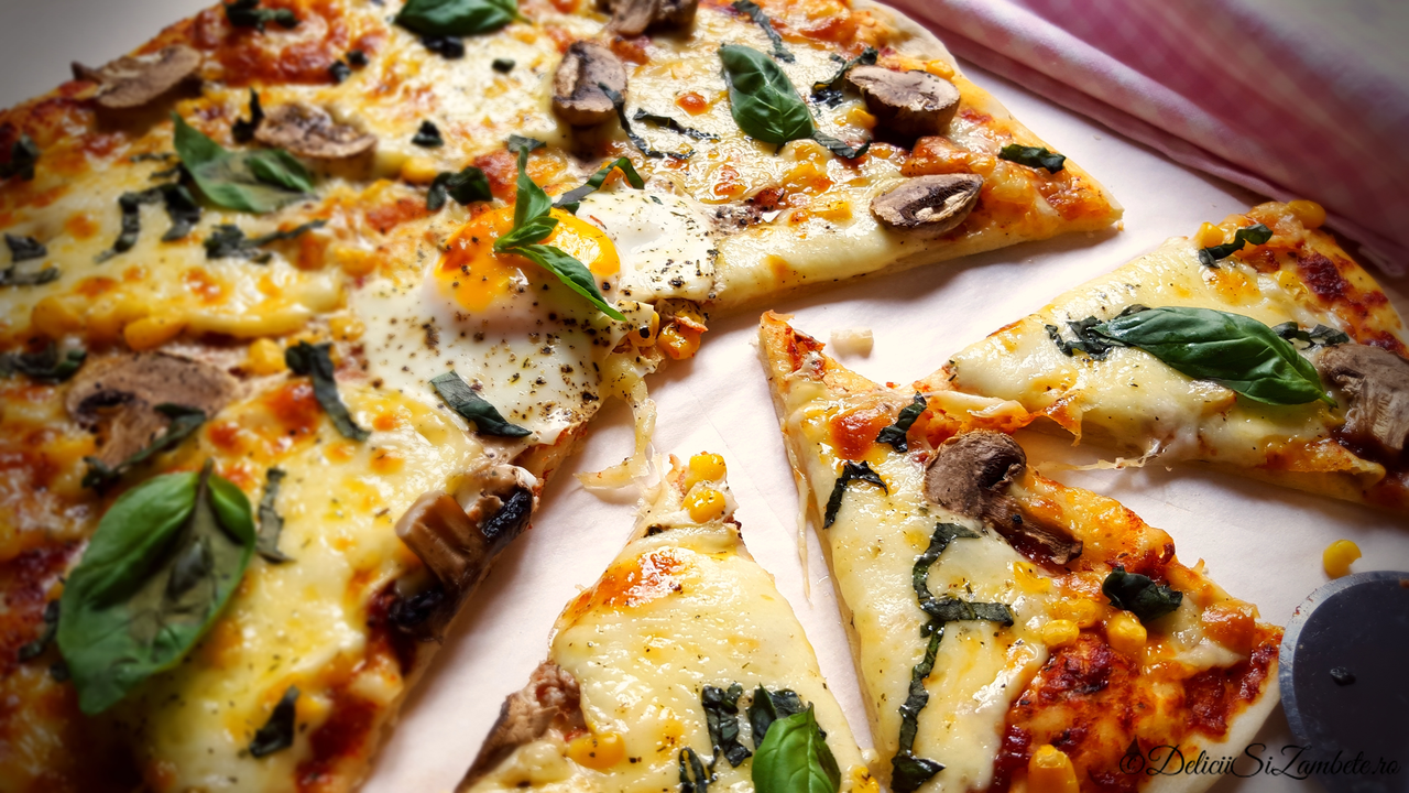 Pizza cu ou, ciuperci si porumb