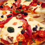 Pizza cu jambon, ciuperci si busuioc