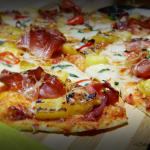 Pizza cu ananas, chilli si prosciutto crudo