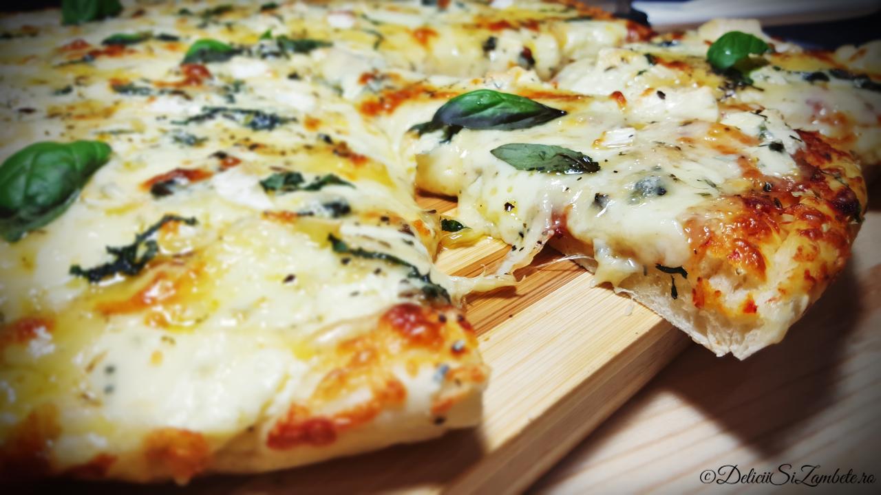 Pizza cu 4 feluri de branza si verdeturi aromate