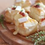 Minipateuri cu branza Brie si dulceata de ardei iute