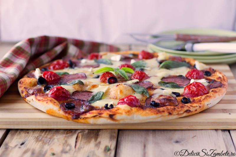 Pizza cu salam uscat si branza Brie