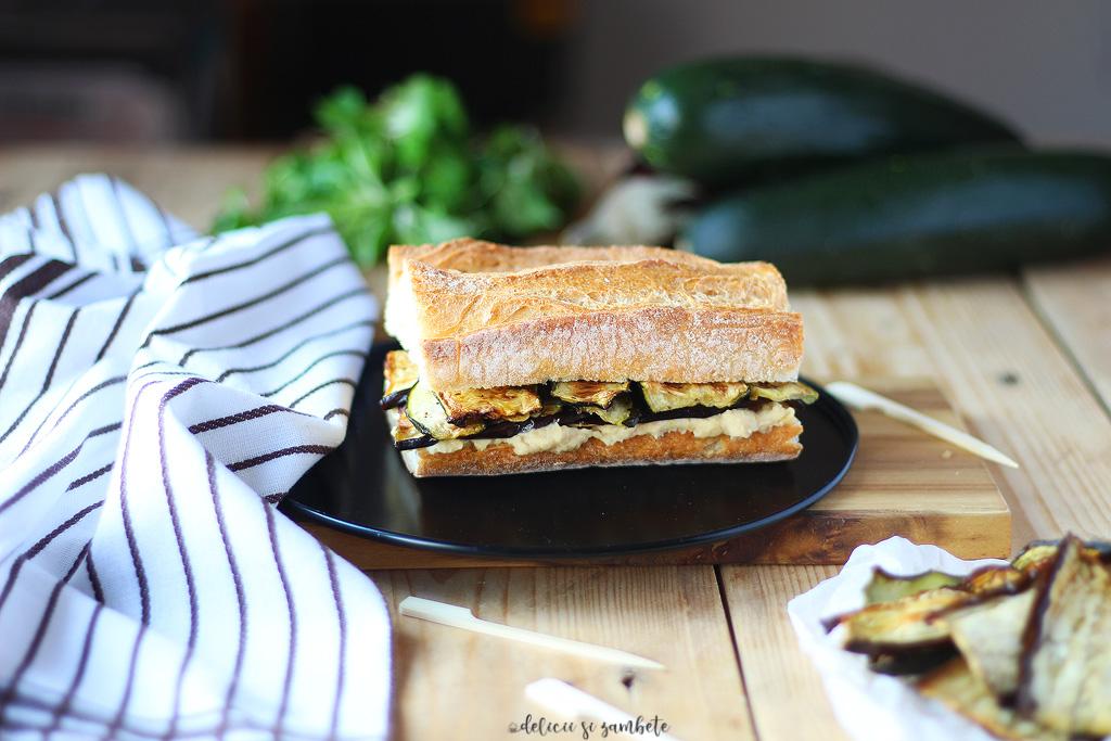 Sandwich cu hummus si legume coapte