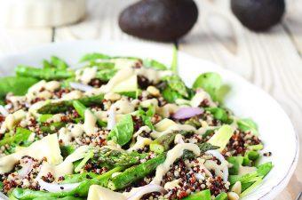 Salata cu quinoa, sparanghel si avocado