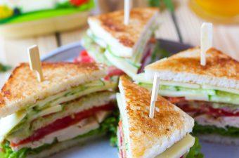 Club Sandwich cu curcan si guacamole